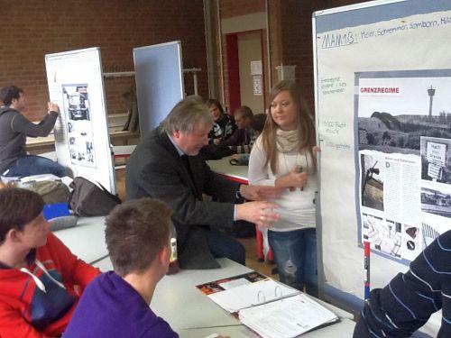 Winfried Dahn, Studiendirektor a. D., mit Schülerinnen und Schülern der BBS 6