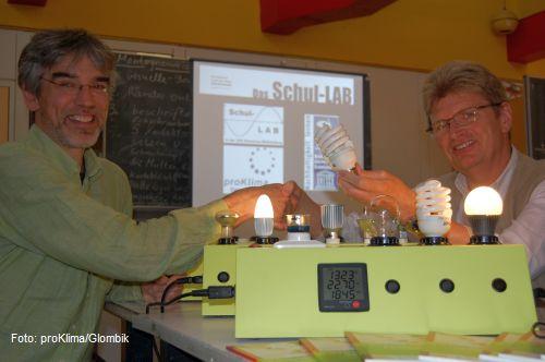 proKlima-Mitarbeiter Dr. Arndt Weidenhausen überreicht die Licht-Sets an Physiklehrer Arno Mühlenhaupt von der IGS Mühlenberg