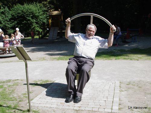 Hans Mönninghoff trainiert auf einem der neuen Fitnessgeräte