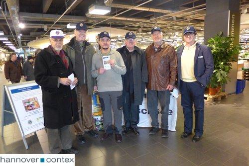 Mitglieder des Lions Club Hannover-Maschsee bei der Spendenaktion im E center Ricklingen