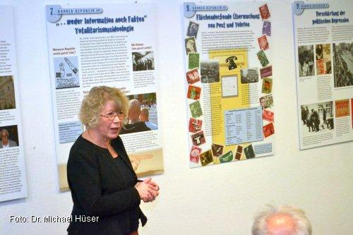 Die vom Berufsverbot betroffene Lehrerin Cornelia Booß-Ziegling erläutert die bundesweite Wanderausstellung