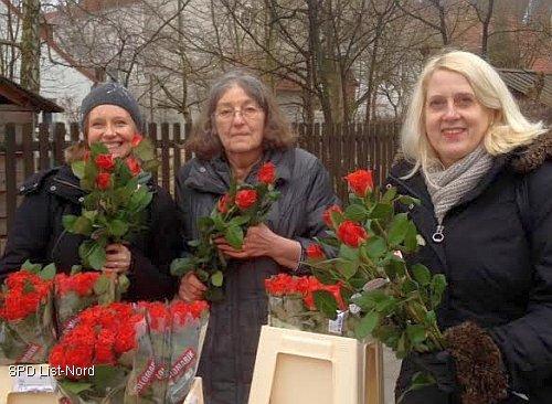 Tanja Meister, stellvertretende Vorsitzende des SPD-Ortsvereins List-Nord, Vorstandsmitglied, Heidemarie Günther und die SPD-Regionsabgeordnete Cornelia Busch (v.l.)