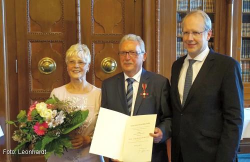 Hans-Karl Leonhardt (Mitte) mit seiner Frau Elke (l.) und OB Stefan Schostok (r. / Foto: Leonhardt/Privat))