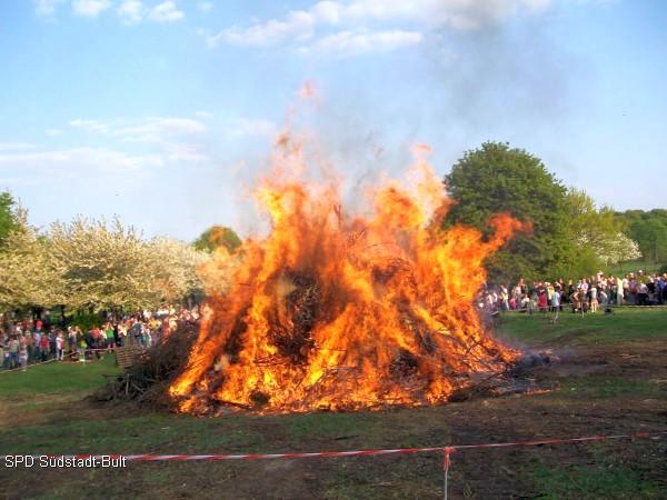 Zum 33. Mal: Ostersamstag zum Osterfeuer auf die Alte Bult