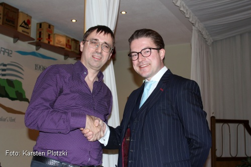 Bezirksbürgermeister Henning Hofmann (r.) beglückwünscht Martin Teicher (l.) zu seinem neuen Amt als Bezirksratsherr (Foto: Karsten Plotzki)